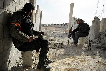 מגייסים פלסטינים לשורותיהם ומחמשים אותם. מורדים סורים (צילום: רויטרס)