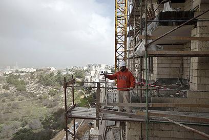 בונים בגילה. גם היום קודמה בנייה מעבר לקו הירוק (צילום: AFP)