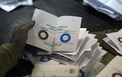 תומכי מורסי טוענים: חייבים את החוקה בשביל להביא דמוקרטיה (צילום: AFP)