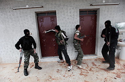 """""""אסד מחליף חדרים בלילה"""". המורדים מתאמנים באידליב (צילום: AP)"""