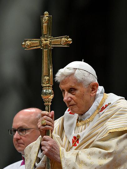 האפיפיור נואם בפני בישופים בוותיקן            (צילום: AFP)