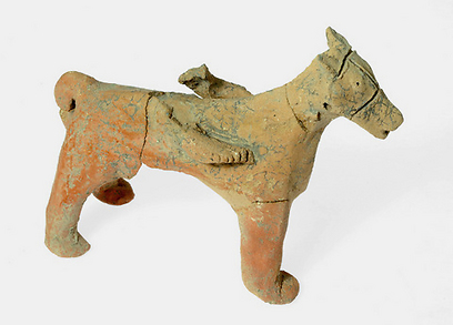 שפע של צלמיות חרס וכלי פולחן. סוס שנמצא בתל מוצא