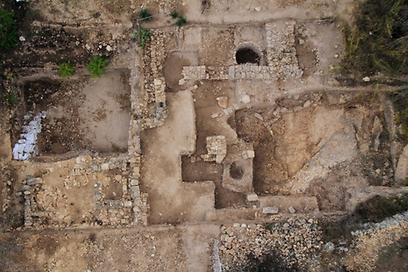 שטח החפירה מהאוויר בתל מוצא (צילום: ברת Skyview, באדיבות רשות העתיקות)