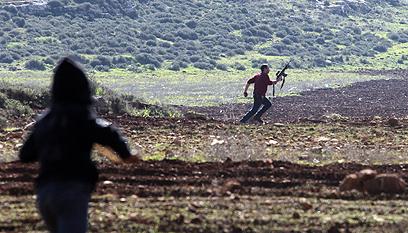 פלסטינים ומתנחלים, היום ליד יצהר  (צילום: EPA)