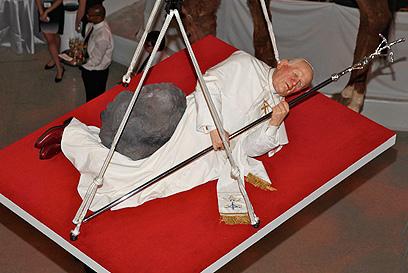 """פסלו מעורר המחלוקת של קטלן, """"השעה התשיעית"""", מועבר למוזיאון (צילום: gettyimages)"""