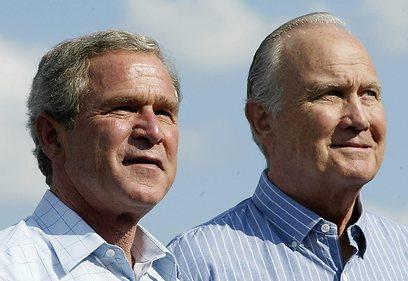 שוורצקופף עם בוש הבן שבו תמך לנשיאות ב-2004 (צילום: AFP)