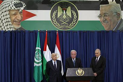 שר החוץ הפלסטיני אל מלכי. מימינו עמיתו המצרי, משמאלו אל-ערבי, היום ברמאללה (צילום: AFP)