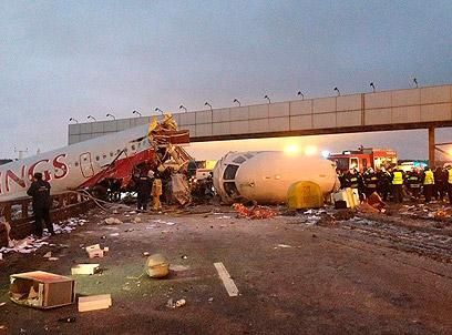 המטוס התרסק על הכביש לאחר הנחיתה במוסקבה (צילום: AP)