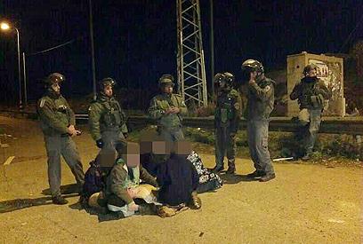 חיילים במאחז עוז ציון, אתמול (צילום: סוכנות תצפית)