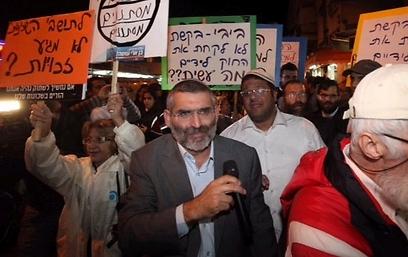 """""""מתעסקים ב'בלה בלה' כשהחיים הפכו לגיהינום"""". בן-ארי בהפגנה, הערב (צילום: מוטי קמחי)"""