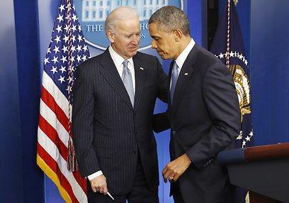 אובמה וסגנו ביידן בעקבות אישור החוק החדש  (צילום: רויטרס)