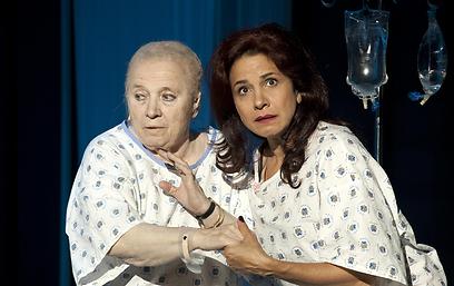 """עם ענת וקסמן בהצגה """"סוף טוב"""" (צילום: ז'ראר אלון)"""