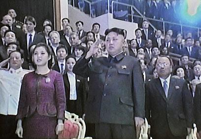 השליט קים ג'ונג און ורעייתו רי סול ג'ו (צילום: AFP, NORTH KOREAN TV)