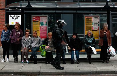 שוטר מאבטח תחנת אוטובוס בבלפסט בינואר (צילום: רויטרס)