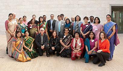 """""""יהיו גם הדרכות בהודו"""". אנשי החינוך מהודו ביד ושם (צילום: באדיבות משרד החוץ)"""