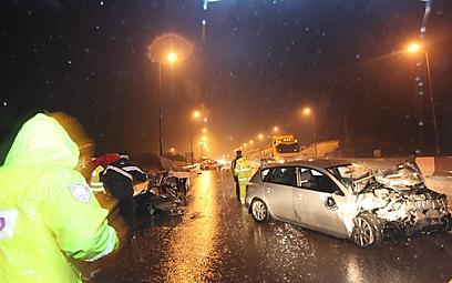 בוחני התנועה בזירת התאונה באזור ירושלים (צילום: גיל יוחנן)