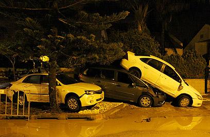 מכוניות נסחפו ונמחצו בגל הגדול  (צילום: עידו ארז)