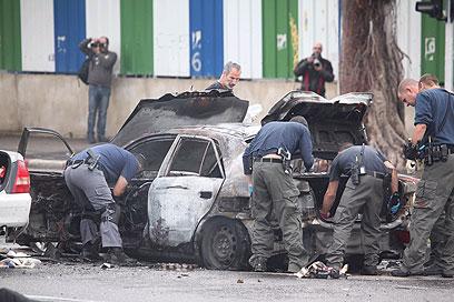 החקירה החלה. המשטרה והרכב הפגוע (צילום: מוטי קמחי)