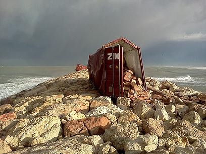 אחת המכולות שנסחפה לשובר הגלים (צילום: המשרד להגנת הסביבה)
