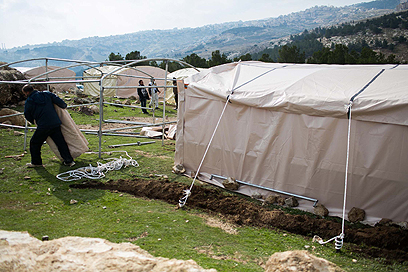 בונים את באב אל-שמס (צילום: אוהד צויגנברג)