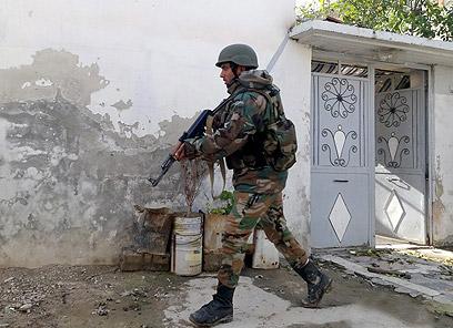 חייל צבא סוריה בדמשק. חשש מזליגת נשק כימי (צילום: EPA)