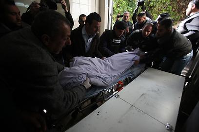גופתו של הנער (צילום: AFP)