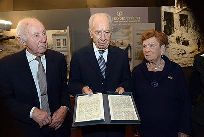 """הנשיא פרס במוזיאון (צילום: מארק נימן, לע""""מ)"""