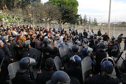 כוחות שיטור ואזרחים סמוך לשדה הגז (צילום : AFP)