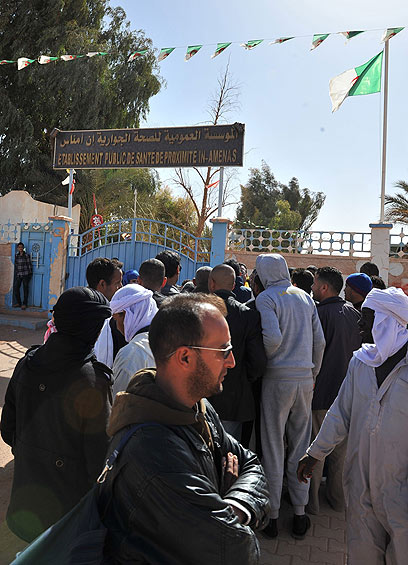 תושבים אלג'יראים מחכים למידע על יקיריהם ליד בית חולים (צילום : AP)