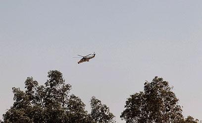 מסוק צבאי מעל אזור החטיפה (צילום: רויטרס)