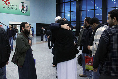 בני ערובה משוחררים וקרוביהם (צילום: AFP)