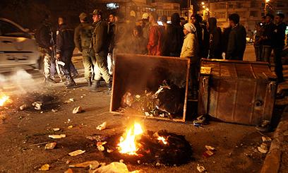 המפגינים הציתו צמיגים בכביש הראשי (צילום: AFP)