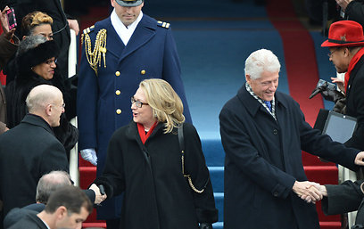 הזוג קלינטון מתקבל באהדה. קלינטון מתאוששת מקריש דם בראשה (צילום: AFP)