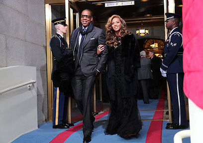 הזמרים ביונסה וג'יי זי מגיעים לטקס (צילום: EPA)