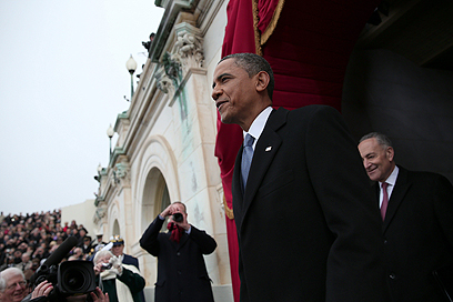 אובמה נכנס לבמת הטקס לקול תרועות חצוצרה ותשואות (צילום: AFP)