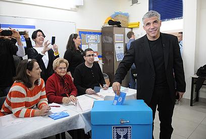 לפיד מצביע, היום בתל אביב (צילום: ירון ברנר)