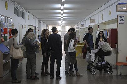 """תור בקלפי בתל אביב. """"זה כלום לעומת ארה""""ב"""" (צילום: ירון ברנר)"""