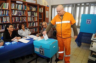 כולם מצביעים, גם האסירים. כלא רימונים הבוקר (צילום: גור דותן)