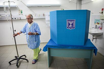 כולם מצביעים. קלפי בבית החולים מאיר בכפר סבא (צילום: אבישג שאר-ישוב)