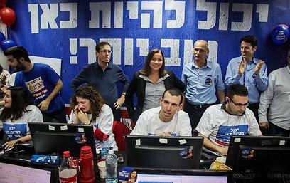 """""""אזרחי ישראל לא אדישים"""". יחימוביץ' ומתנדבי המטה (צילום: אבישג שאר- ישוב)"""