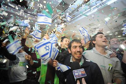 משהו חדש מתחיל אצלם. מאושרים במטה הבית היהודי (צילום: בני דויטש)
