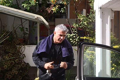 לפיד בדרך לאימון אגרוף, הבוקר מחוץ לביתו (צילום: מוטי קמחי)