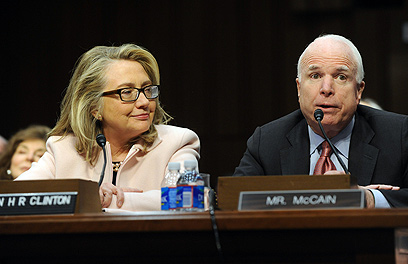 קלינטון ומקיין בוועדה (צילום: AFP)