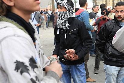 צעירים אוגרים תחמושת בבירת מצרים (צילום: AP)