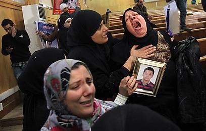 בני משפחות הקורבנות ממשחק הכדורגל בבית המשפט (צילום: AFP)
