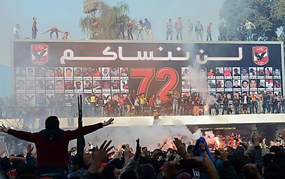 """""""לעולם לא נשכח אתכם"""", כתבו אוהדי אל-אהלי            (צילום: AFP)"""