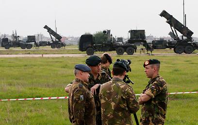 חיילים הולנדים שנשלחו לתפעל את הסוללה הראשונה (צילום: רויטרס)
