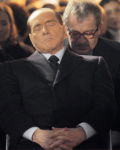 ברלוסקוני בטקס יום השואה במילאנו (צילום: AP)
