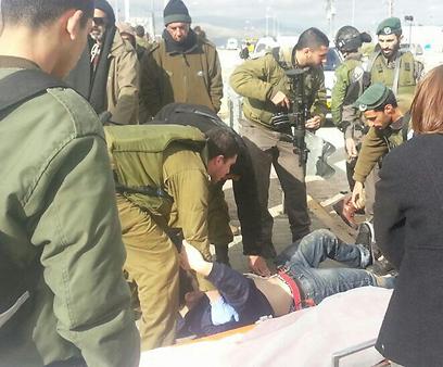 """מטפלים בנער שנפצע (צילום: הצלה יו""""ש)"""
