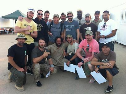 יואב לוי עם החברים בשדה הקרב בהודו